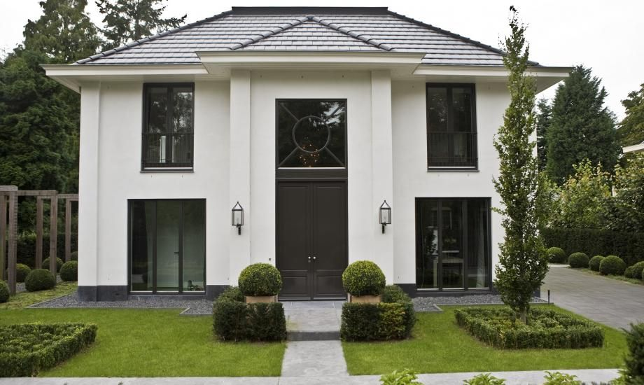 eine gro e wei e villa mit dunklen eye catchern wie der t r und den house exterior. Black Bedroom Furniture Sets. Home Design Ideas