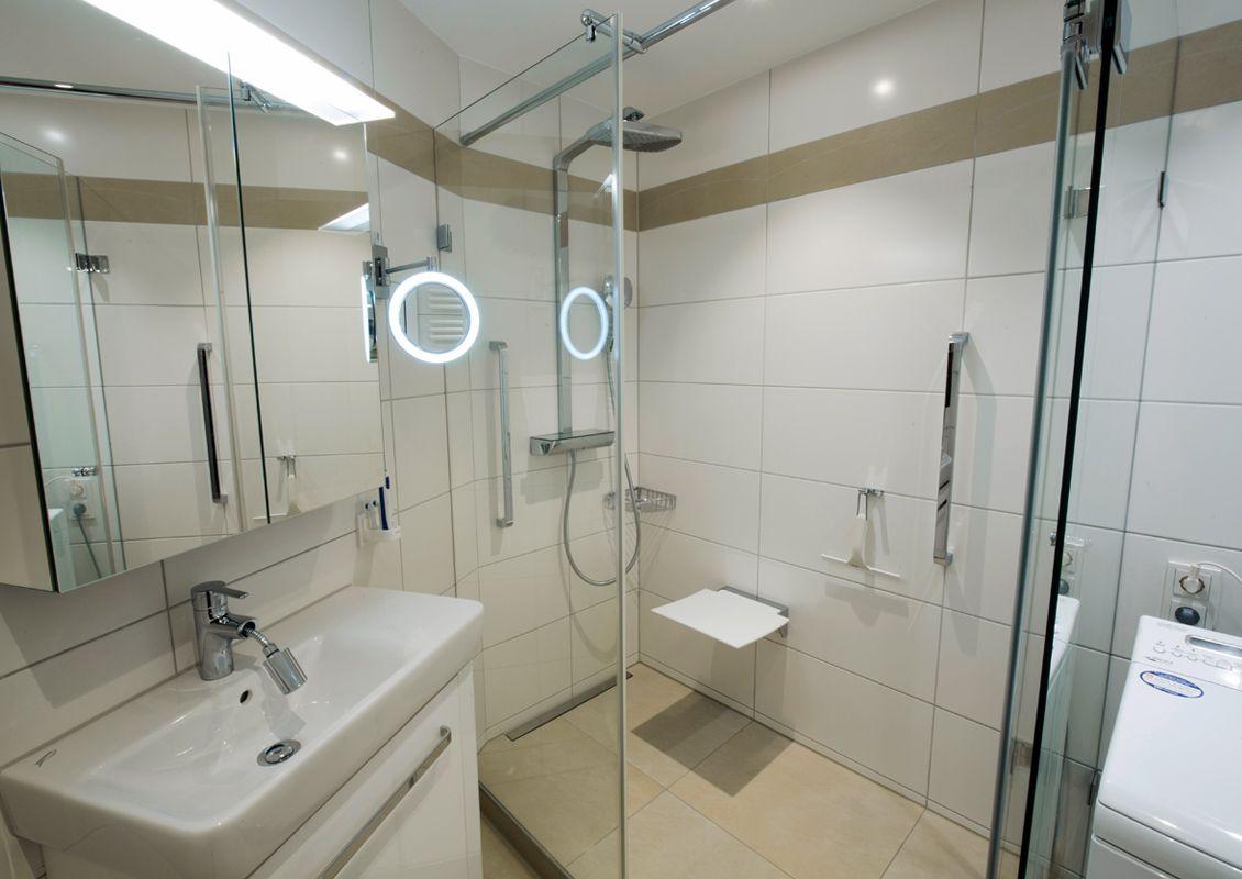 weißes badezimmer im dachgeschoss sanierung von schmidt