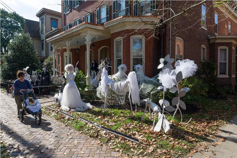 Superior Scary Halloween Yard Decorating Ideas Part - 13: Cool Home Decorating Ideas For Halloween Party. Spooky Yet Amazing Outdoor  Halloween Party Decoration Ideas With Homemade Ghosts And Animal Skull  Bones ...