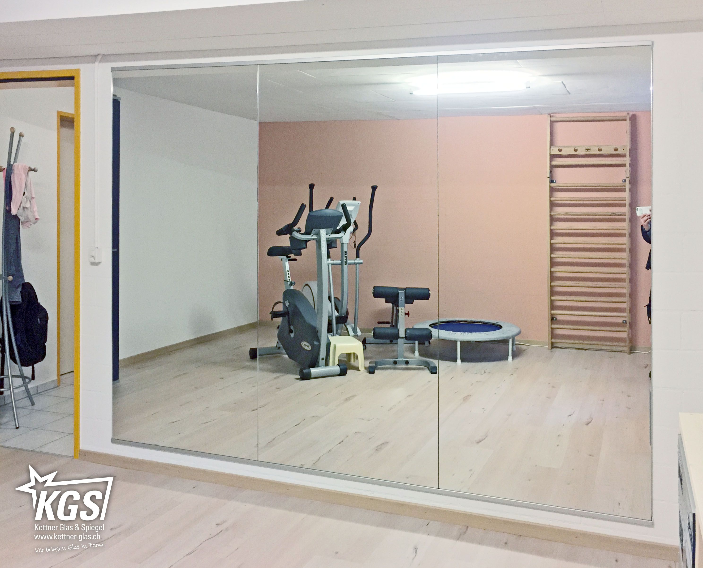 Private Fitness-Spiegelwand mit Splitterschutzfolie und schlichten ...