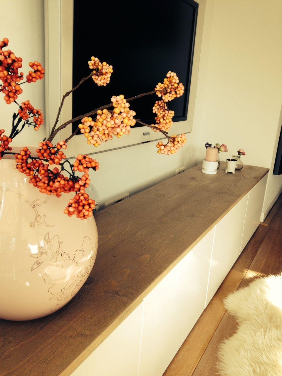 Photo of Fernsehschrank von IKEA Besta Schränke mit Gerüstholzregal darauf. Ausrüstung und dr …