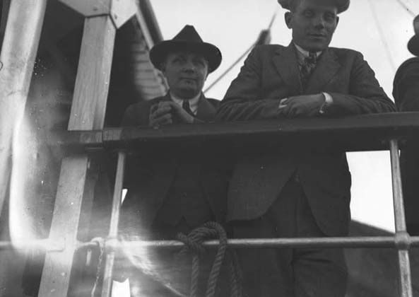 Suuri urheilijatähti Paavo Nurmi nojailee kaiteeseen laivan kannella, vieressään vasemmalla Urheiluliiton sihteeri Lauri Haaksi.  Urheilijoiden palvontaan liittyi kansallinen aate varsinkin 1910 – 20-luvuilla. Vuonna 1926 Urheilupuiston pyöräilyradan tilalle rakennettiin uusi juoksurata, jonka sisäpuolinen osa kunnostettiin ruohokentäksi jalkapalloilua varten. Juoksuradalla juostiin yhdeksän maailmanennätystä vuosina 1945 – 58, jolloin rata oli maailman nopeimman radan maineessa. Kuvaaja…