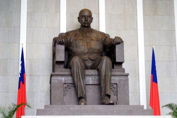 Sun Yatsen statue in the mail hall. #Taipei #Taiwan #Travel