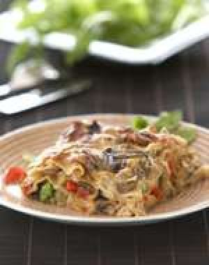 Sieni-kasvislasagnen sieniä voi vaihdella sesongin ja omien mieltymysten mukaan ja voipa sekaan sujauttaa ihania juuresraasteitakin! #cremebonjoursuomi #kanttarelli #tuorejuusto #pasta #lasagne #sienilasagne #kanttarellipasta #sieni #juurekset #sienipasta www.cremebonjour.fi