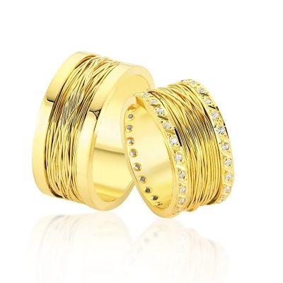 Verighetele Hestia din linia Manual, colectia de verighete La Rosa, sunt un model elaborat, caracterizat de finete si eleganta. Realizate dintr-o singura culoare de aur, verighetele Hestia au o latime generoasa pentru a permite doua randuri de cristale sau diamante de jur imprejur, ce marginesc un design special cu efect de fir a aurului.  Gramaj aproximativ: 20.00 gr Latime: 10.00 mm Specificatii piatra: 0.96 ct