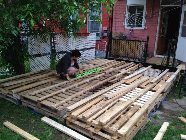 Terrasse exterieure en palettes outdoor deck made out of for Garden decking using pallets
