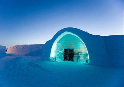 The main restaurant of the famed Ice Hotel chain is, oddly enough, not made of ice. But they do serve meals on plates made from the ice of the Torne River, which borders Sweden and Finland. Elk and reindeer appear frequently on the restaurant's winter menu. #bizarrerestaurant