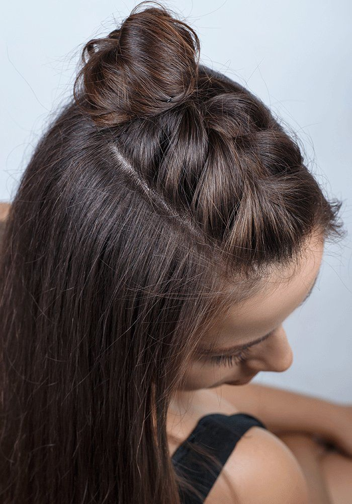 Vous êtes à la recherche d'une coiffure facile à réaliser et originale ? Découvrez dans ce tuto comment détourner la célèbre tresse africaine pour la coupler à un petit chignon du plus bel effet !