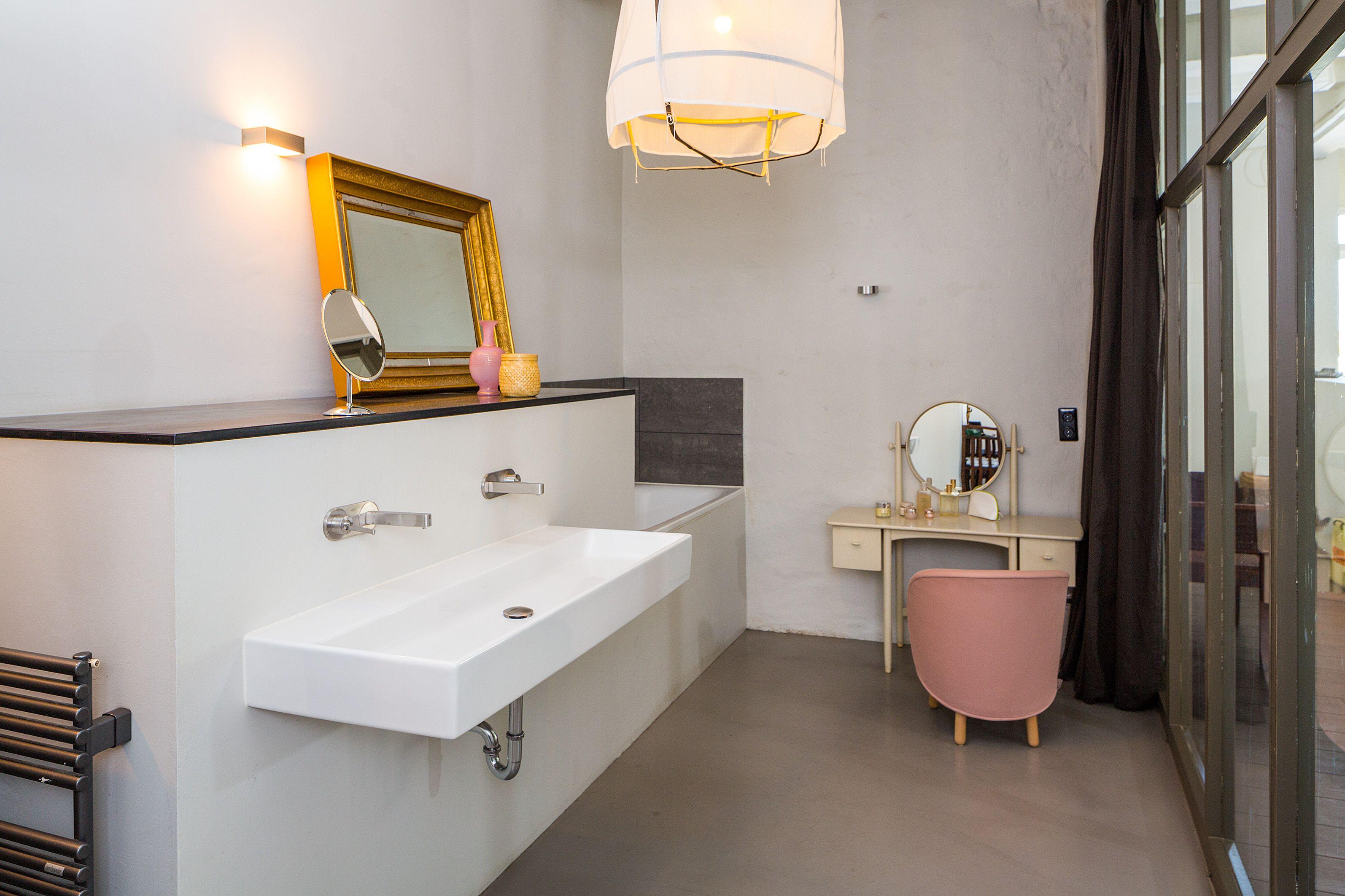 Badezimmer im Loft | Glas Wand zum Wohnraum | Vorhang zum schließen der Fensterfront