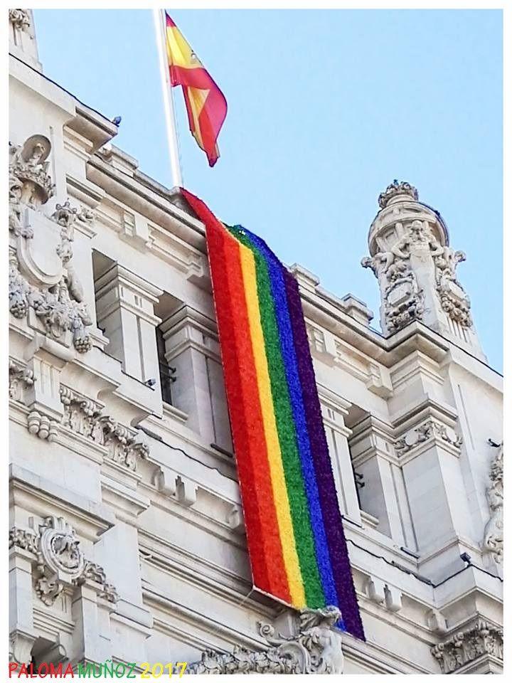Ayuntamiento con la bandera del arco iris City Hall with rainbow flag