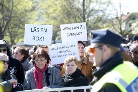 "Jönköping anti-nazi demo: ""Läs en bok!"""