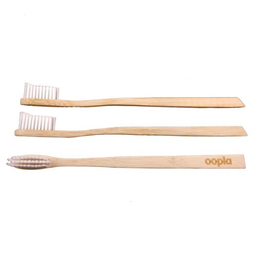Utiliser une brosse à dents en bambou naturel