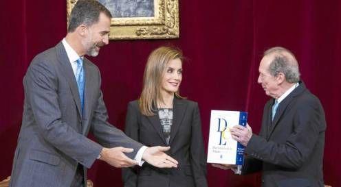 El director de la RAE, José Manuel Blecua, entrega a los Reyes el facsímil del primer tomo del Diccionario de Autoridades