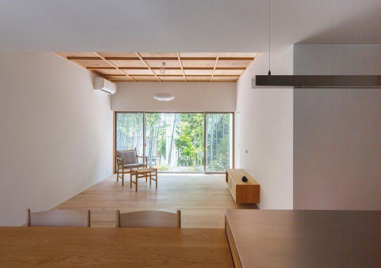 ネイエ設計さんはinstagramを利用しています 設計事務所とはじめる家づくり 高さを抑えたリビングの窓から臨む青々とした竹林が 格子天井と白い塗壁に映えて美しいコントラストを生み出します 家 づくり 家 設計