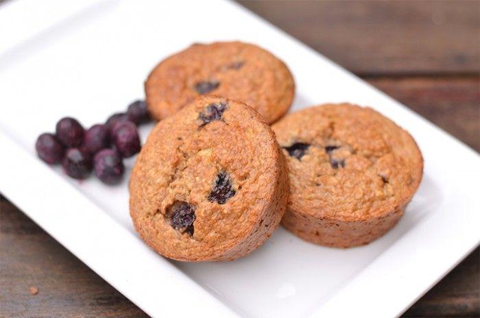 Zin in een heerlijk gezond tussendoortje? Vandaag heb ik lekkere gezonde muffins als recept voor jullie. Er zit onder andere havermout, banaan en bosbessen in.
