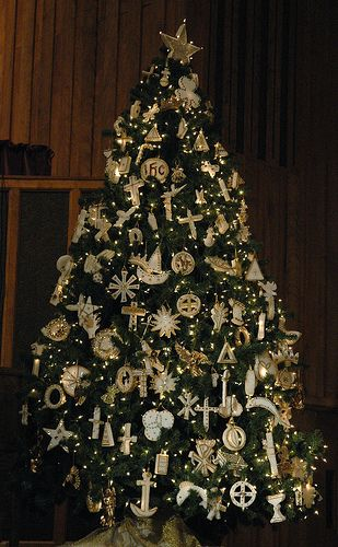Chrismon Tree Highly Symbolic Conveying The Life Of Christ And The Meaning Of Christmas Through Commonly Chrismon Tree Church Christmas Decorations Chrismons