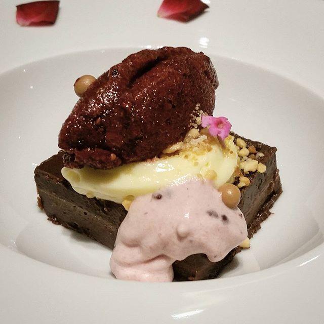 E fechando esse excelente Kaiseki, esse belo Chocolate cake com sorbet de frutas vermelhas e creme pâtissière.  Yummery - best recipes. Follow Us! #foodporn