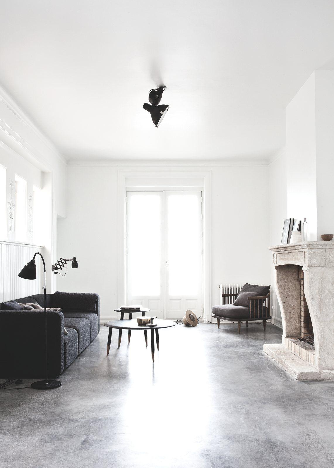 Deens minimalistisch interieur vol met designmeubelen   Concrete ...
