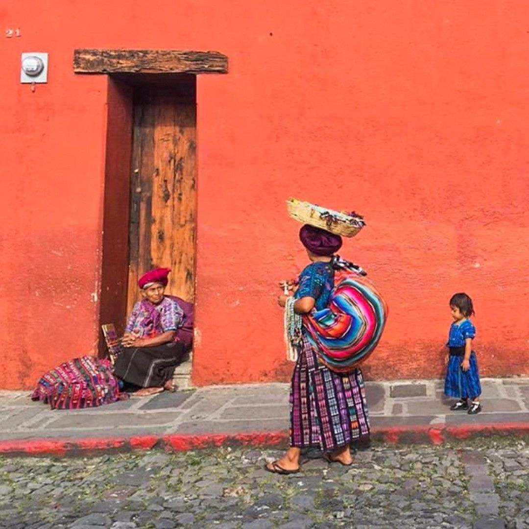The colors of the cultures that inspire us, are everywhere! 😍 . . #antigua #antiguaguatemala #ourhome #ourpeople #ourculture #culture #colors #textiles #inspiration #guatelove #weloveguate #springvibes #igcaptures #topisceramics #topisceramica #ceramics #mitopis #mytopis