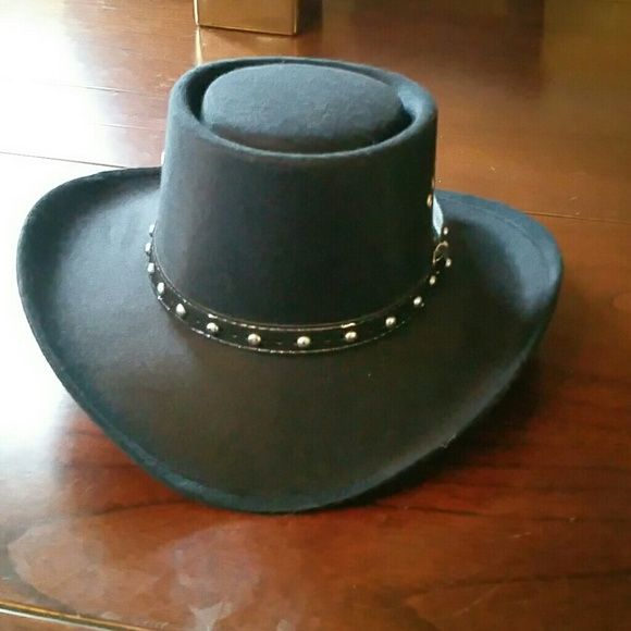Cowgirl hat Black hat, bought for a friend never gave it. Looks great for that country concert or look. Accessories Hats