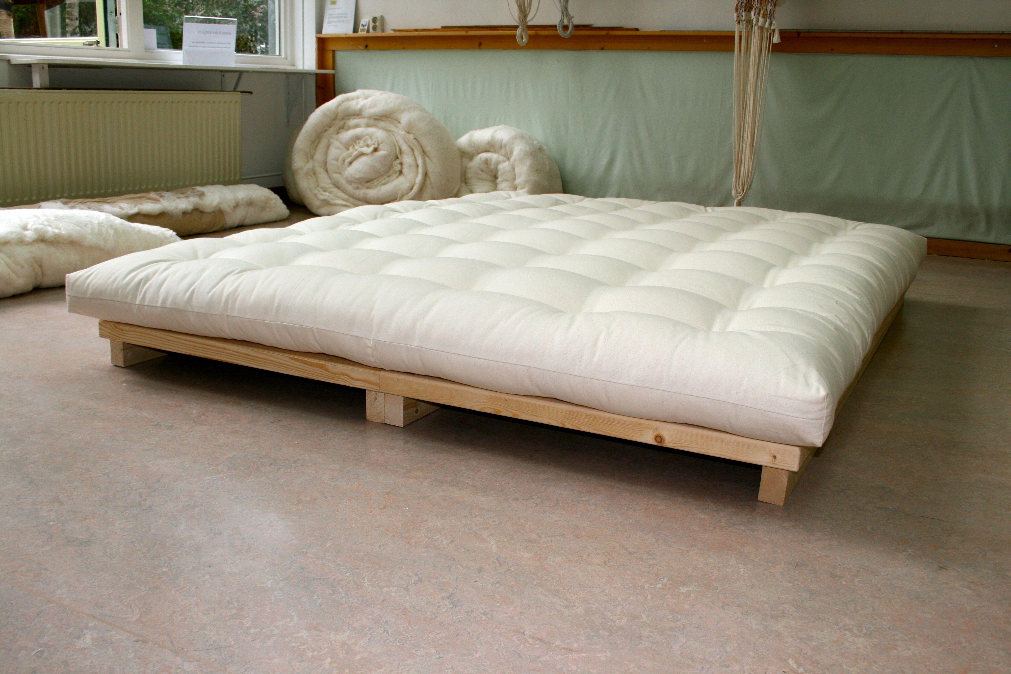 Wit Houten Bed 140x200.Futon Op Laag Houten Bed In 2019 Houten Bedden Dekbed En