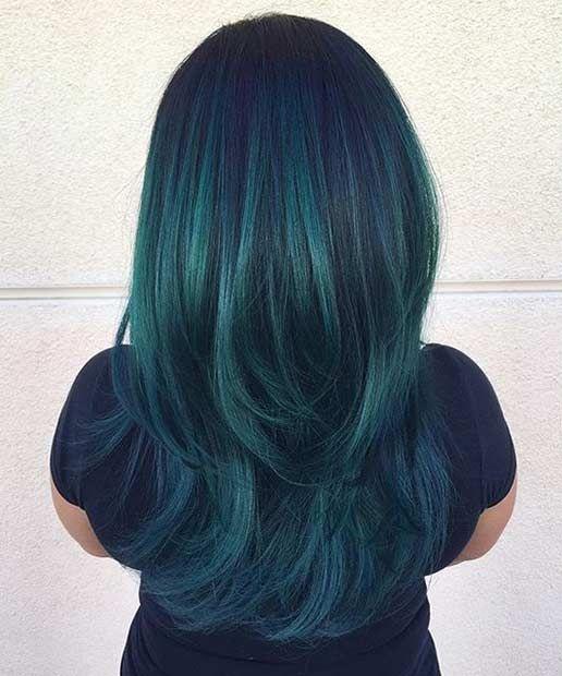 Chica con el cabello pintado en color verde esmeralda
