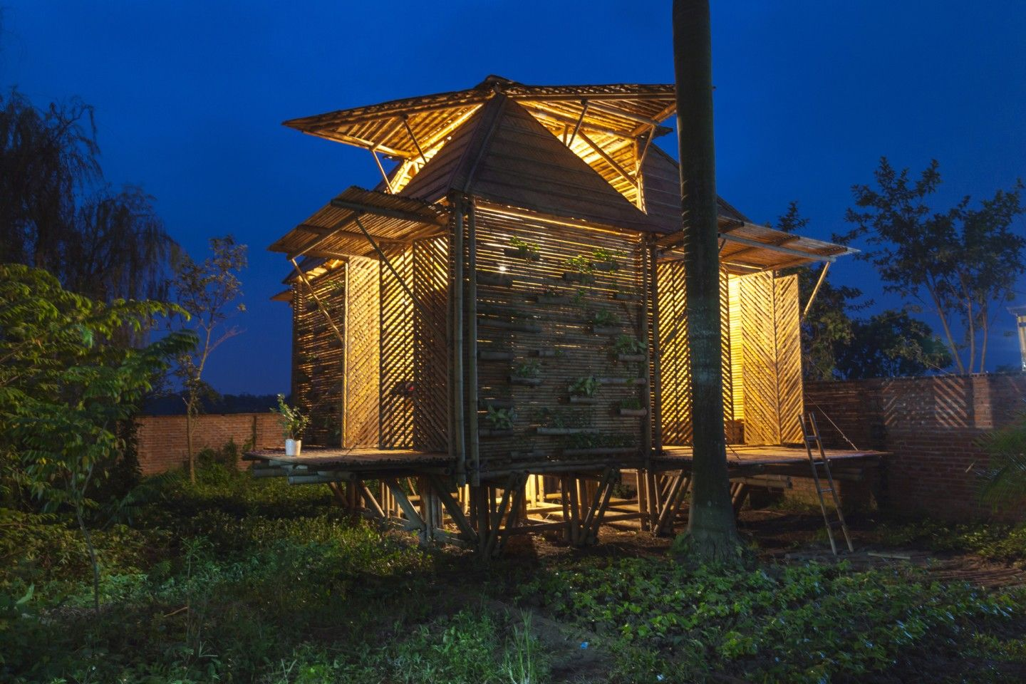 Low-cost Blooming Bamboo home built to withstand floods