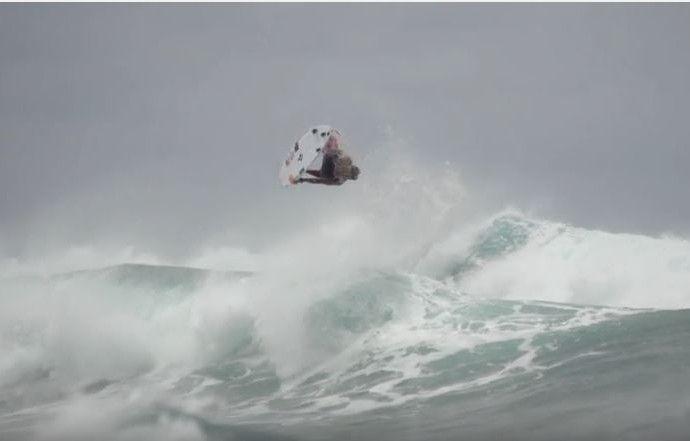Medina voa em aéreo insano na ilha de Oahu (Foto: Reprodução/Youtube/Ripcurl)