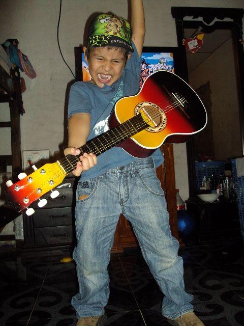 El futuro guitarrista...