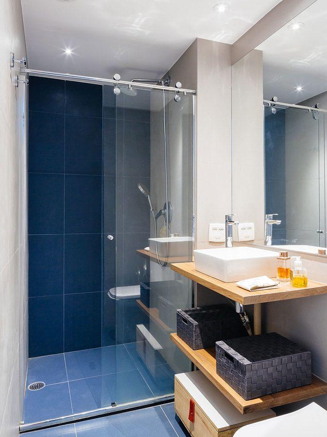 banheiro com azulejos coloridos baos con color
