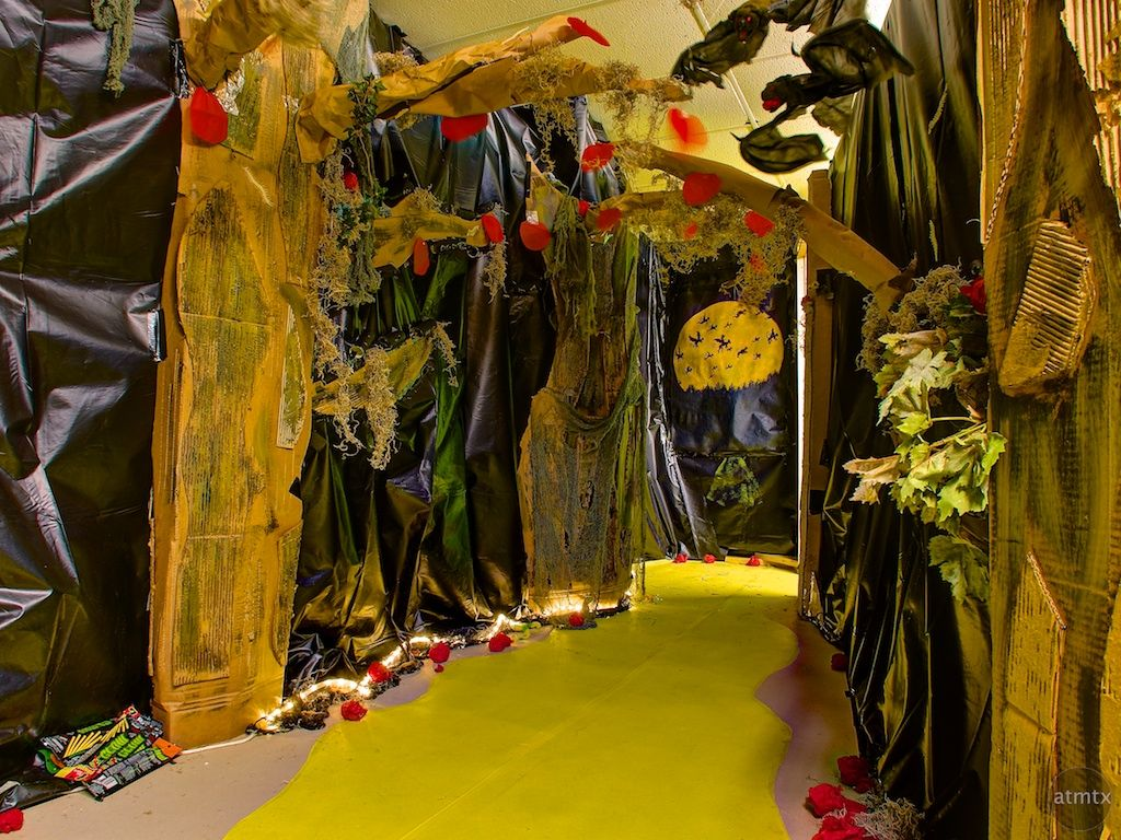 Super Wonderful Ideas Here Yellow Brick Road Wizard Of Oz Themed Haunted House Austin Texas Halloween Haunted Houses Haunted House For Kids Haunted House
