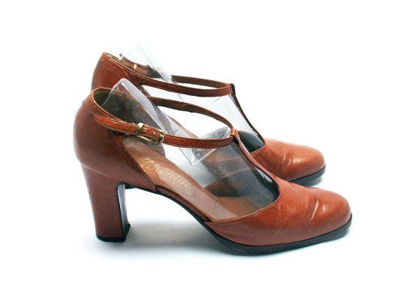 0133b75fa86 Salomés cuir marron . Escarpins fauve . Chaussures talons femme . France .  Taille fr 38   uk 5   us 6.5 . Vintage Années 60