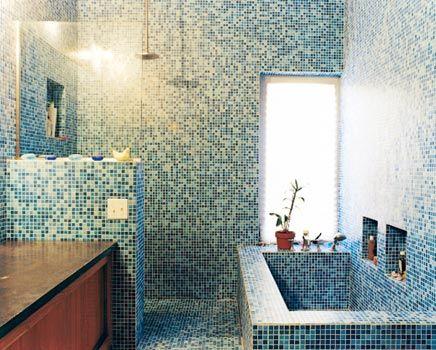 Badkamer van blauwe mozaïek tegeltjes mozaiekjes
