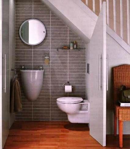aprovecha el espacio bajo la escalera para hacer un pequeo cuarto de bao y es