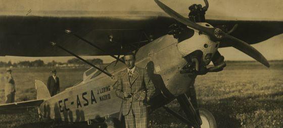 Fernando Rein Loring (primo de J. Loring) en 1932, en el rallie Madrid-Manila en un avión producido por Talleres Loring.