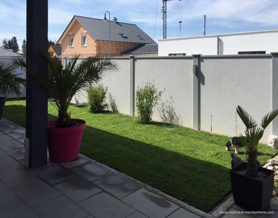 Sichtschutz vor einer Terrasse mit Beleuchtung Garten