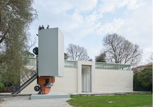 Wurm crasht Venedig    Erwin Wurm stellt einen LKW vor dem Österreichischen Pavillon der Biennale Venedig auf. Und zwar Hochformat, wie eine Skulptur, benutzbar als Aussichtsturm.