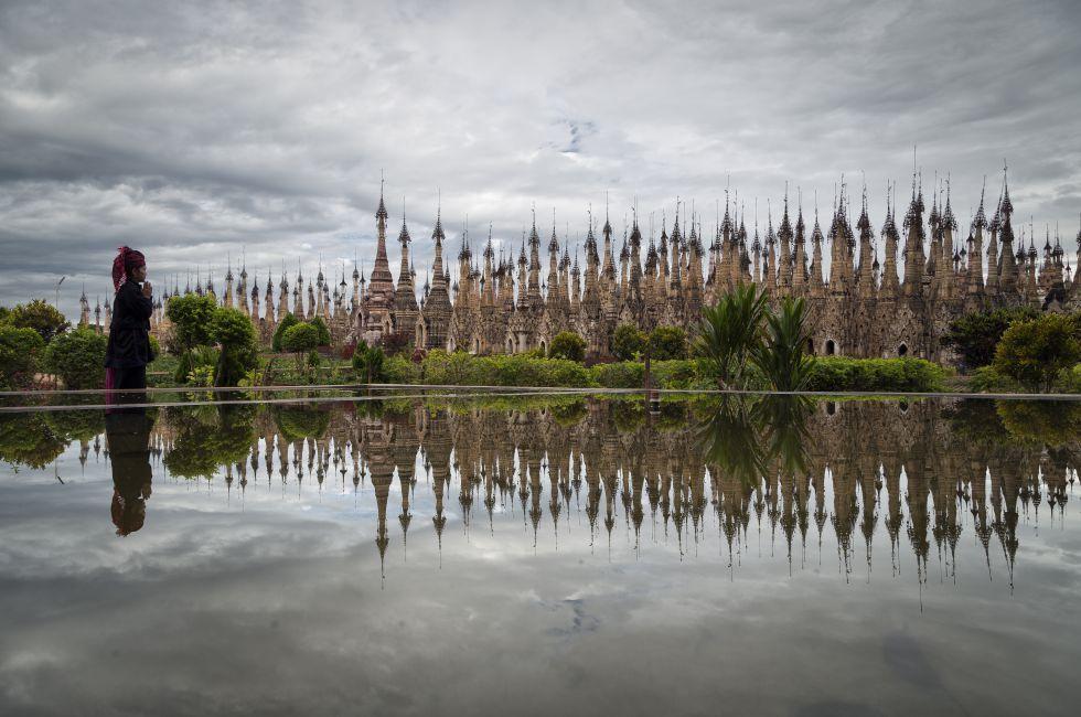 Cada año, el día de la luna llena del mes de Tabaung comienza en Kakku, en el centro de Myanmar, la gran fiesta de las estupas (este año, del 20 al 23 de marzo). De madrugada, los lugareños acuden con sus mejores trajes -algunos con bueyes engalanados- a las más de 2.000 estupas, 2.478 según algunos, que forman un auténtico y tupido bosque sagrado. Localizadas en el Estado de Shan, cada uno de estos monumentos es diferente. Algunos están decorados con esculturas de animales mitológicos y…