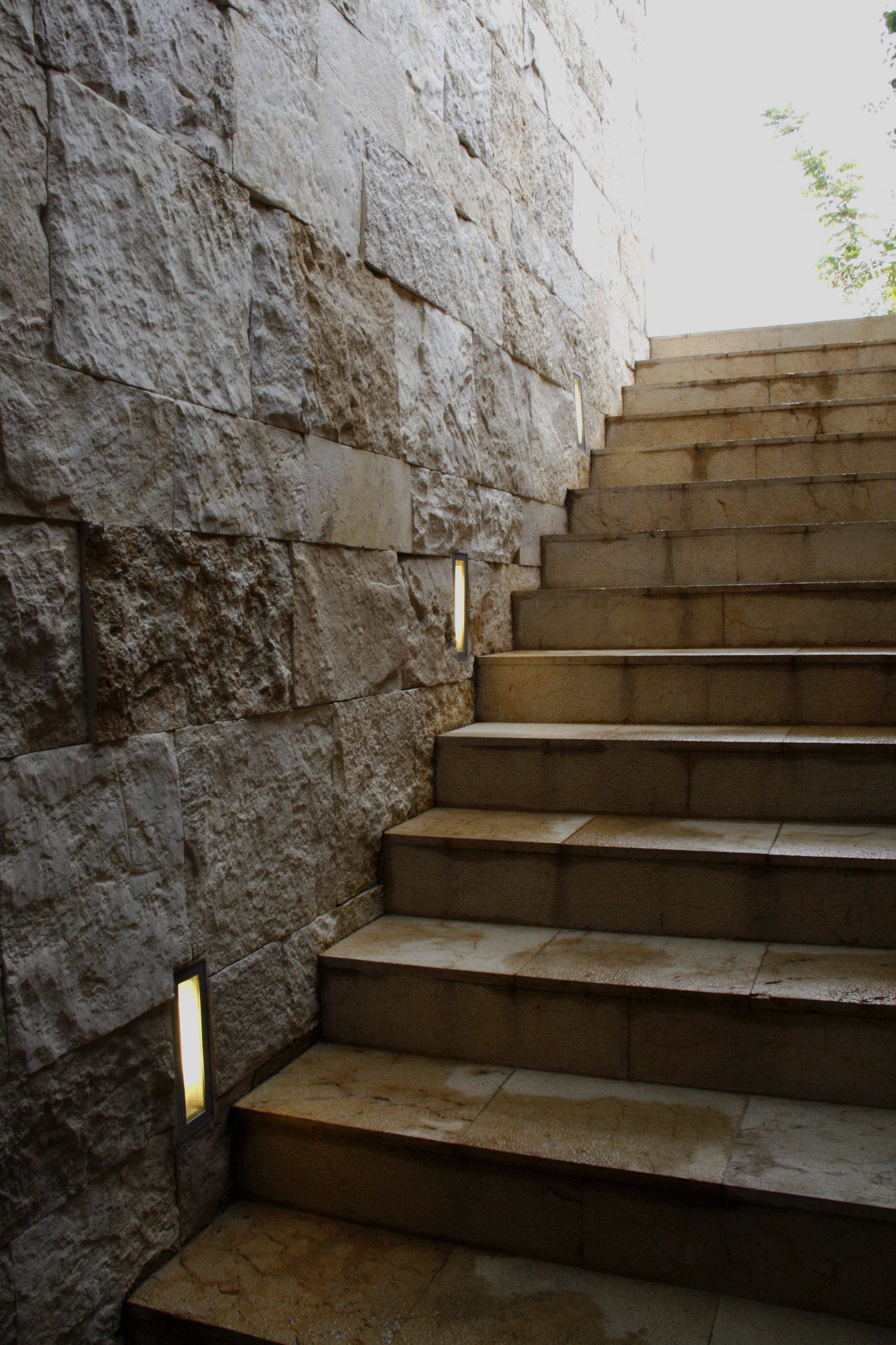 Casa ss escalera de m rmol muro de piedra iluminaci n for Escaleras de marmol