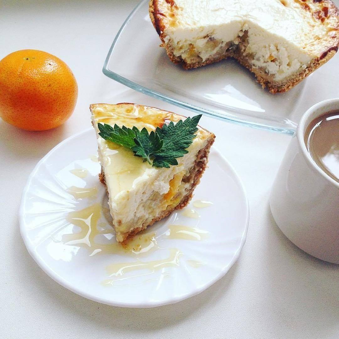 Песочный коржик с фруктовой начинкой, сверху творожный чиз Ингредиенты: ✔75 гр овсяной муки ✔1 ст.л кукурузной муки🌽 ✔1 ст.л рисовой муки ✔1 яйцо ✔разрыхлитель 1/4 ч.л (2-3гр) ✔подсластитель по вкусу (фитпарад/стевия/сироп агавы/сироп топинамбура🌱) Начинка: ✔банан🍌 ✔мандаринка🍊 ✔100 гр творог брикетный🍚 ✔100 гр творожного сливочного сыра (типа хохланд, Виолетте, альмете) можно рикотту. ✔100 гр йогурта без добавок ✔1 яйцо ✔сахзам по вкусу🌱 ✔ванилин Овсяную муку всыпать в миску для…