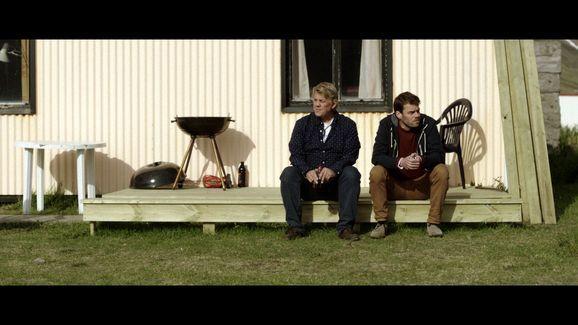 Paris of the North (Islanti, Ranska, Tanska 2014). Ehdin katsoa yhden leffan R&A-festareilla. Usein pohjoismaiset elokuvat ovat olleet hyviä, ja joukossa on joskus ollut ihan helmiä. Tämä oli keskikastia. Muun muassa isän ja aikuisen pojan suhteesta kertova tarina oli sen verran minimalistinen ja hidastempoinen, että silmäluomet lupsahtelivat puolivälin paikkeilla. Samanlainen leffa olisi muuten voitu kuvata Suomenkin maaseudulla: kaikilla on tylsää, eikä ole muuta tekemistä kuin ryypätä.