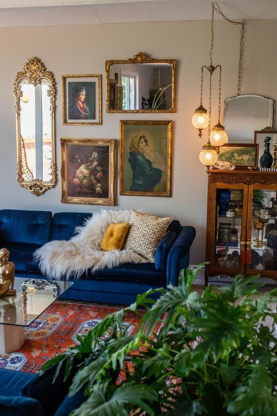 This 1970s house has the best collection of secondhand vintage treasures we've ever seen. I #housetour #vintage #victoriandecor #midcenturymodern #livingroom