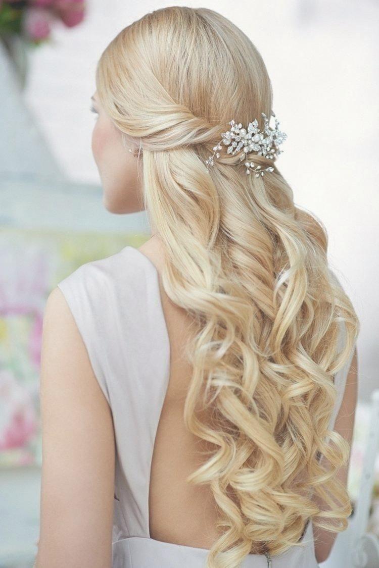 Brautfrisuren Fur Lange Haare Halboffen Mit Wellen Und Haarspange Mit Bildern Frisur Hochzeit Frisur Braut Hochzeitsfrisuren
