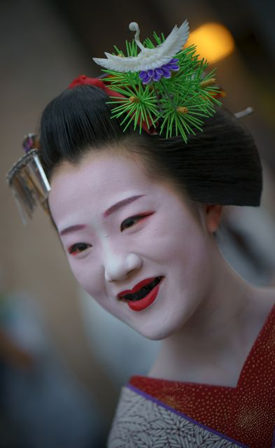 May 2016: maiko Tomitae of Gion Higashi with final maiko hairstyle - sakkou  Sakkou is often worn with red-and-gold collar, crane kanzashi and… ohaguro! Ohaguro is a custom from old Japan. Noble ladies blackened her teeth which was in fashion back then. Nowadays, maiko tend to blacken their teeth with a thick paste during the sakkou period.  Tomitae is going to become a geiko next Friday!