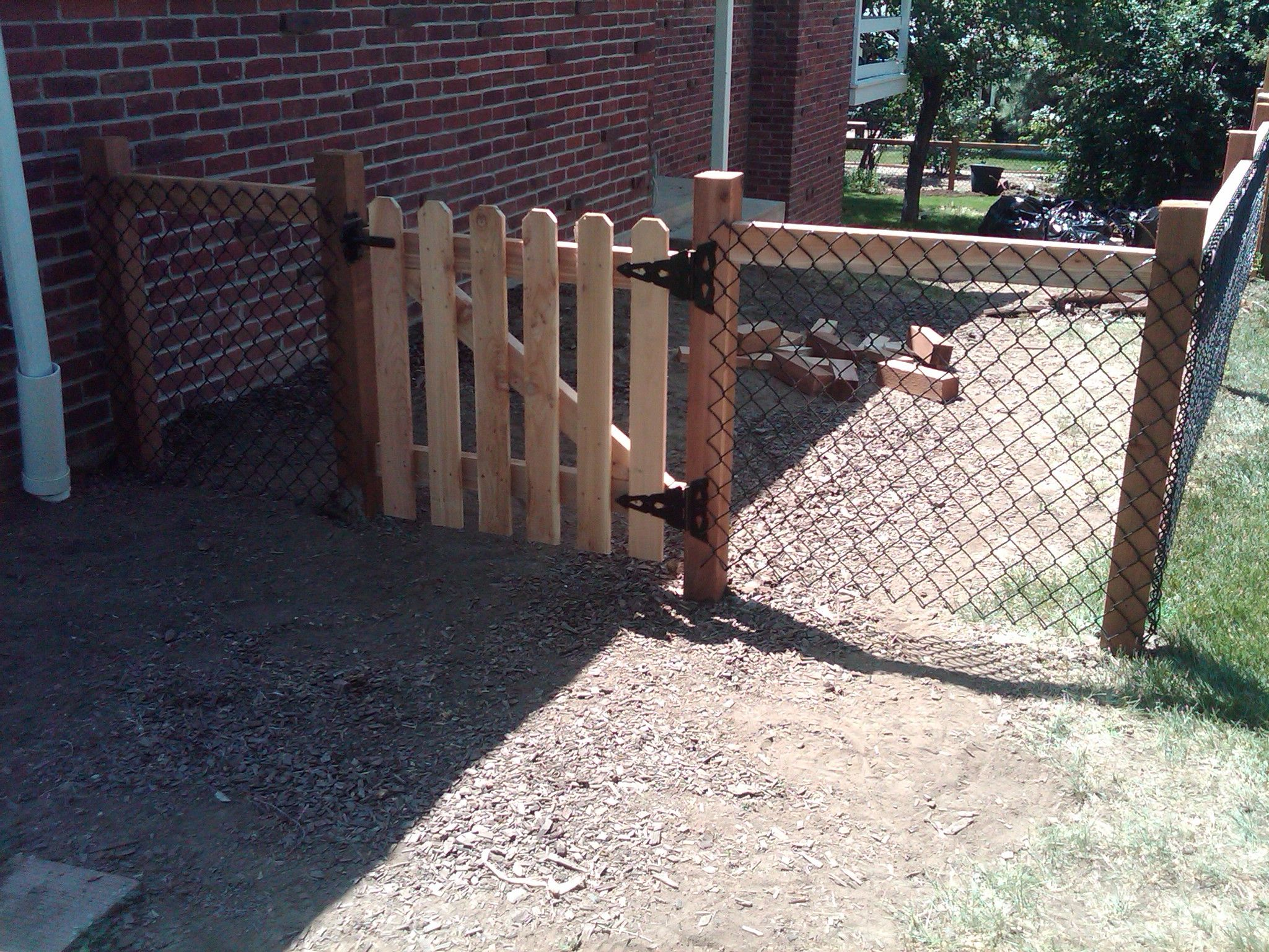 Installing chain link fence with wood posts 36 fence with installing chain link fence with wood posts 36 fence with spaced picket gate baanklon Images