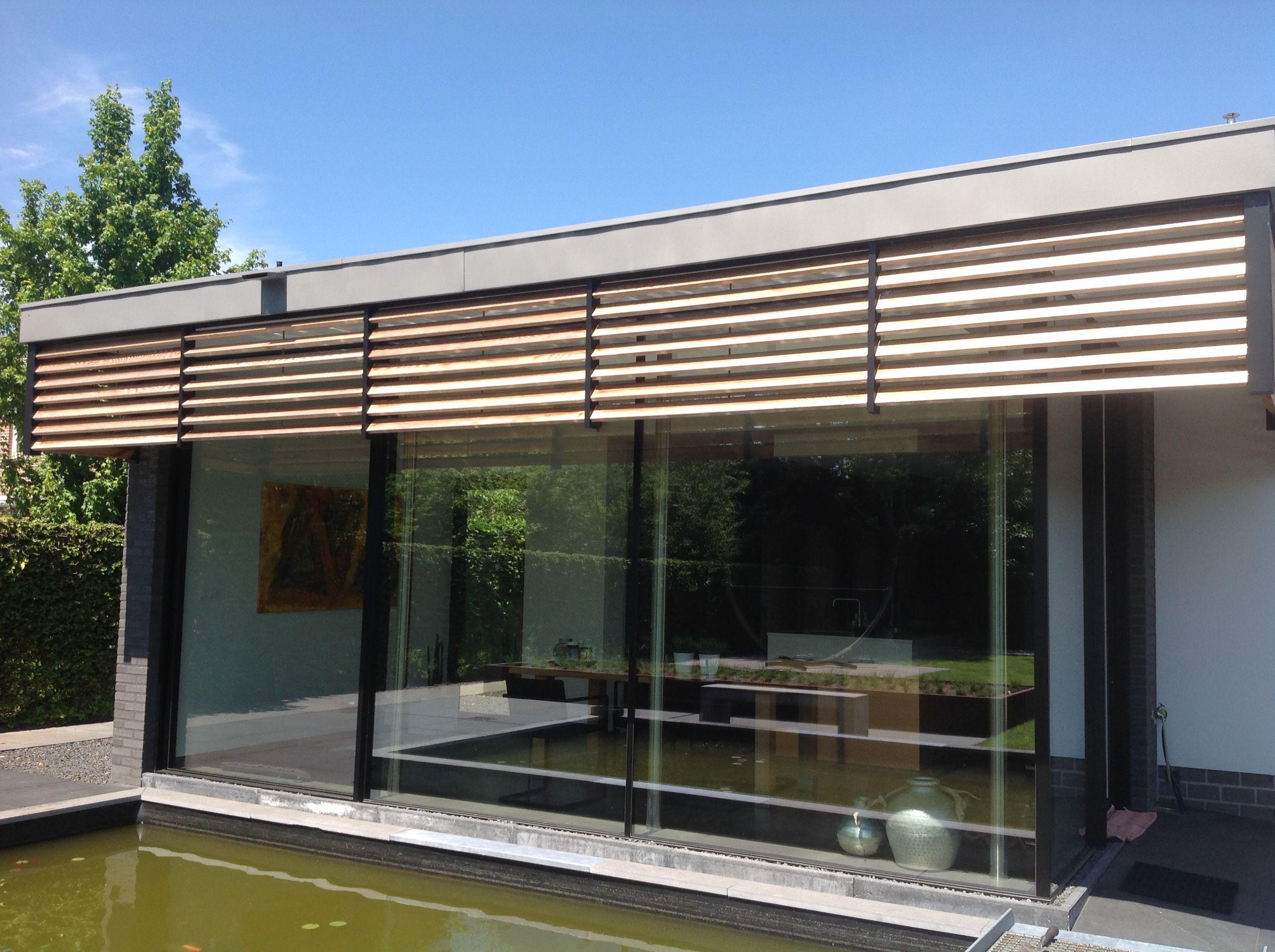 Door onszelf gemaakte zonwering van red cedar lamellen kantelbaar zijn hout en gepoedercoat aluminium