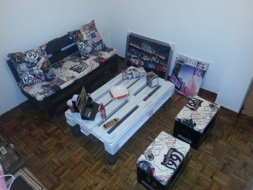 Palets .Habitacion con muebles de palets ,un banco barnizado con ...
