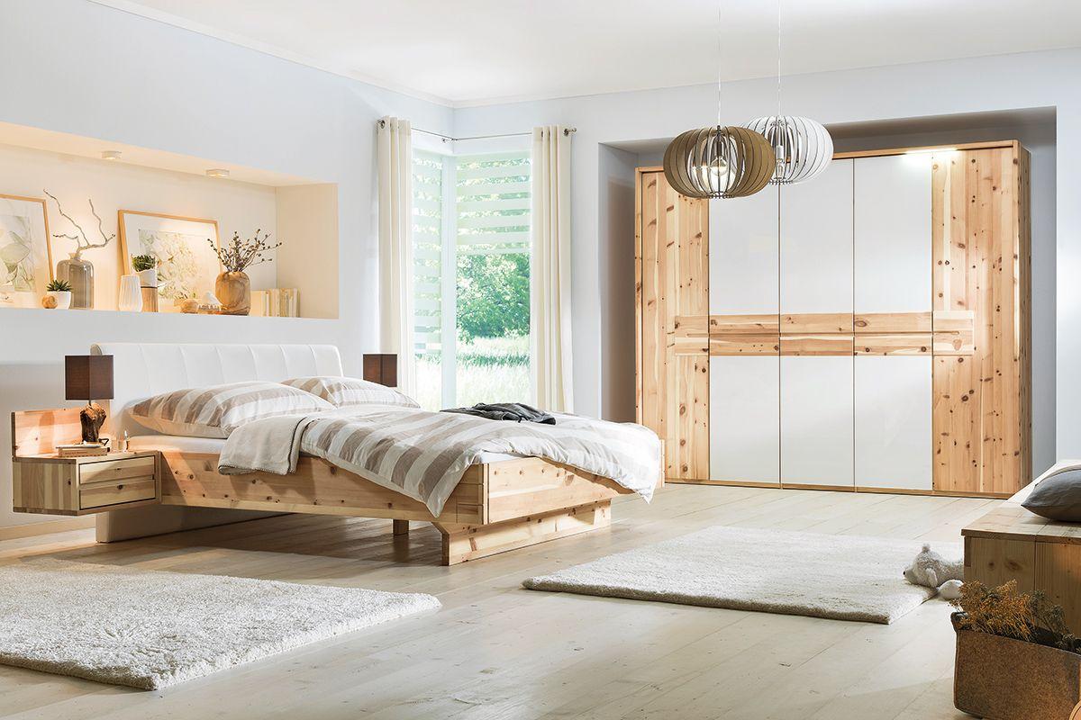Ein Schlafzimmer aus Zirbenholz für ruhigen Schlaf