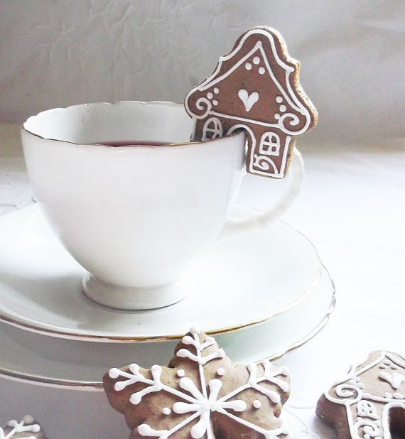 An unusual way to welcome your guest with a cuppa at Christmas time! Set of 16 classic gingerbread cup cookies in gingerbread house or snowflake shape. The cookies come in lovely white paper bag with a festive red ribbon. If you would like less than 16 please get in contact and