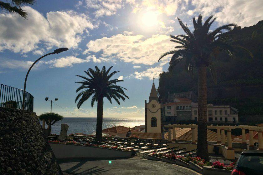 Reisebericht // Im Yoga Flow auf Madeira - Mai 2016   Anfang Mai ging es für mich und eine Gruppe toller Yogis zur perfekten Reisezeit in das wunderschöne Designhotel Estalagem auf Madeira. Ein bisschen aufgeregt war ich schon, als ich die Insel zum ersten Mal von fernen aus dem Flugzeug sah und der Landeanflug auf den berühmt berüchtigten Flughafen Madeiras begann. Zum Glück hatte ich einen Fensterplatz, denn die Aussicht war großartig! via @ohmyyogi